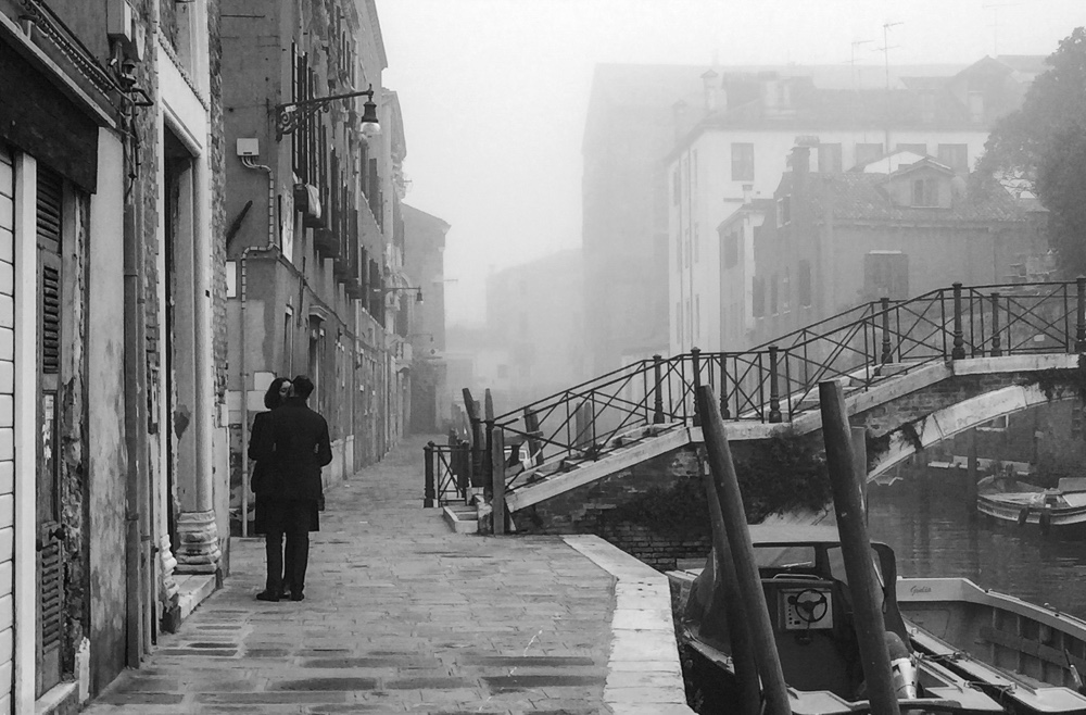 Couple kissing in Venice. Alsessandro Sarno.